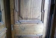 Такие двери раньше встречались часто: стеклянные наружние и внутренние + сплошная (прямо), которую закрывали на ночь.