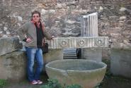 Милые сердцу древности возле археологического музея.