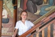 Во дворе можно фотографироваться - он весь расписан фресками с различными сюжетами из Библии
