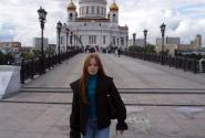 На фоне Храма Христа Спасителя