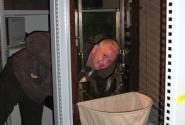 русский турист любознателен, сунет свой нос всюду, даже в гильотину