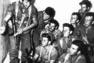 Меир Хар-Цион инструктирует бойцов 101-го подразделения перед очередной операцией; все бойцы вооружены ПП МП-40, 1953г