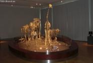 Колонна скелетов шагающих в сторону детского уголка.
