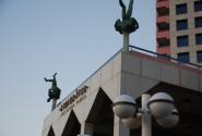 Памятник двум мужикам укравшим по батарее и не удержавшимся на балконе.