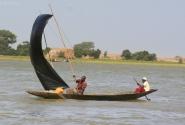 Паруса для лодок делаются из чего угодно -- от полиэтилена до старых ковров.