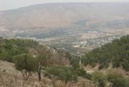 Вид на Голандские высоты, граница с Израилем идёт по дороге в долине.