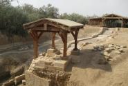 Здесь проходило древнее русло реки Иордан и предположительно здесь место крещения Христа. Бетани.