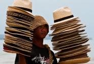 Пляжный продавец шляп