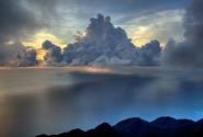 облако над морем