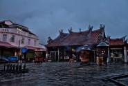 храм Богини Милосердия вечером под дождем