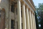 Разрушенный городской театр в Гаграх