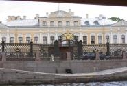Фасад Юсуповского дворца. Бомж знает, где прилечь