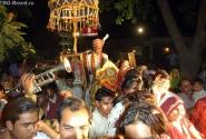Жених - в самом конце процессии, гордо шествует на расшитом золотом коне.