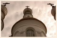 Взгляд на купола из маленького слухового окошка на крыше