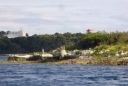Вид с острова на туристический комплекс.