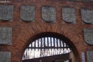 Королевские гербы на воротах