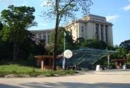 Правое крыло Дворца Шайо и вход в Cineaqua