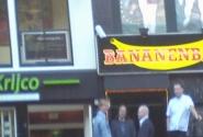 здесь ,,дают,, бананы киской...