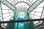 лифт в центре аквариума