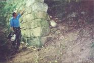 Наш экскурсовод около крепостной стены по пути на Мангуп