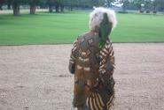 Пожилая англичанка выгуливает в садах попугая