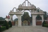 Фигурные ворота храма