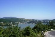 Вид на озеро с дороги в Дюрсо