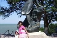 Дети у памятника Лермонтову в Тамани