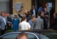 чувак с поднятыми руками - и есть Пол Маккартни. Идет на выставку своих рисунков в Киевский арт-центр
