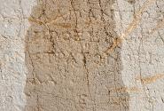 Древние надписи становятся лучше видны,если смочить их водой