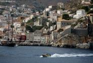 Строгая архитектура капитанских домов, сдержанные краски - кто бы мог подумать, что греческие острова могут быть такими!