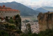 У подножия монастыря Святого Стефана - город Калабака