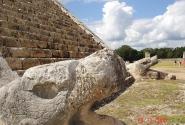 Голова Змея у подножия храма Кукулькана