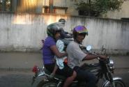 Обычный способ передвижения на Шри Ланке...