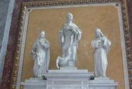 святого в центре всегда изображают с гусем...
