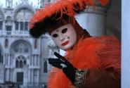 una maschera rossa
