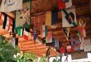 Вечный праздник! Флаги, кепки, детские ботинки - к потолку!