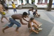 Местные дети играют в гонки на самодельных повозках