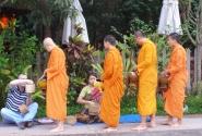 Утреннее шествие монахов