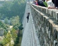 20 метров против 20 юаней: китаянка проявила чудеса каскадерского мастерства, чтобы не платить за вход