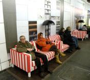 На автобусных остановках Парижа появится мягкая мебель