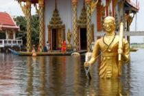 Люди покидают затопленный Бангкок