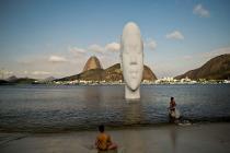 На пляже Бразилии можно увидеть гигантскую голову