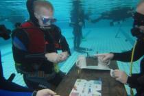 Германия: дайверы полторы сутки играли в карты под водой