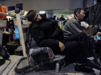 Застрявшим в московских аэропортах пассажирам предложили уехать на поездах