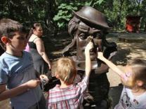Памятник Мойдодыру открыли в Москве