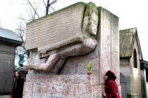 Памятник на могиле Оскара Уайльда защитили от поклонниц