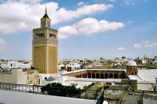 Тунис - столица туниса, минарет мечети в медине, старом городе