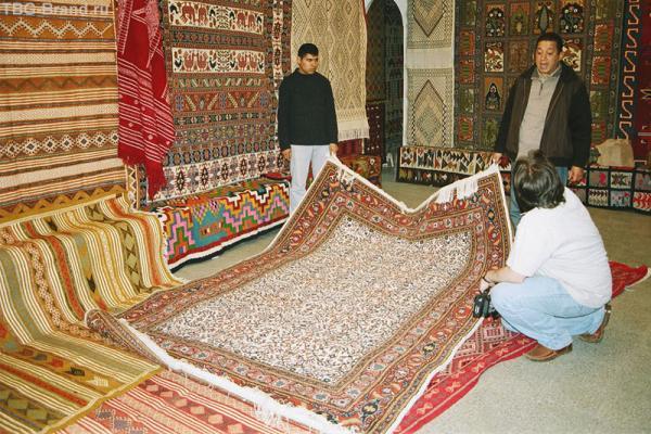 В одной из многочисленных лавок медины Туниса - расхваливают товар.