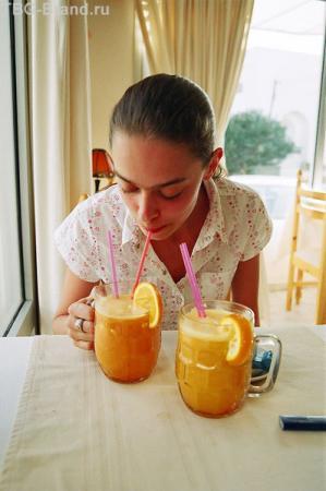 Апельсиновый сок в ресторанчиках совсем не дорогой и достаточно неплох.